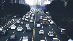 山东一轿车冲撞多辆电动车致2死5伤,如何赔偿受伤者