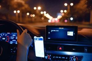 男子无证驾驶豪车逆行怼路人,无证驾驶逆行怎么处理