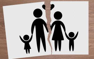 关于离婚夫妻有两个小孩怎么判